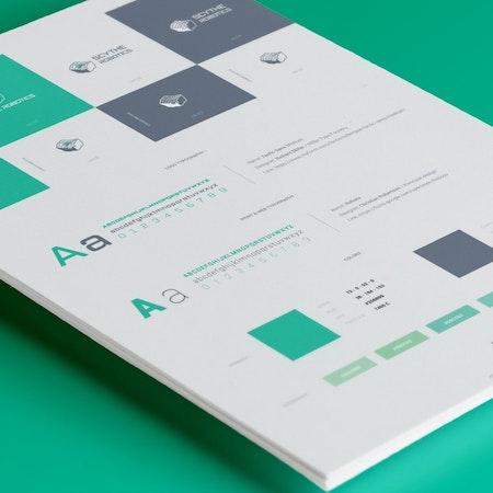 緑色のタイポグラフィとカラールールが記載されているブランドガイドライン