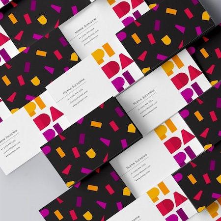 Cartes De Visite Avec Un Design Violet Noir Et Orange