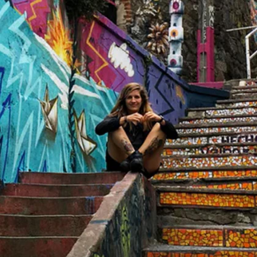 Eine Person sitzt auf einer Treppe