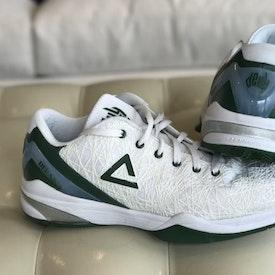 緑と灰色のバスケットボールシューズ